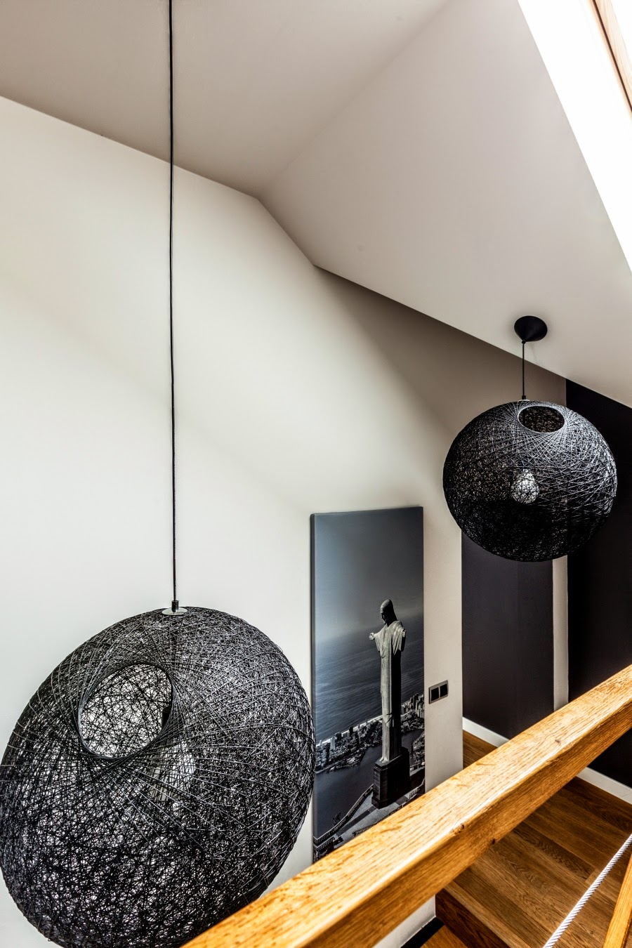 wnętrza, wystrój wnętrz, dom, mieszkanie, aranżacja, home decor, dekoracje, styl nowoczesny, biel i czerń, lampy, schody