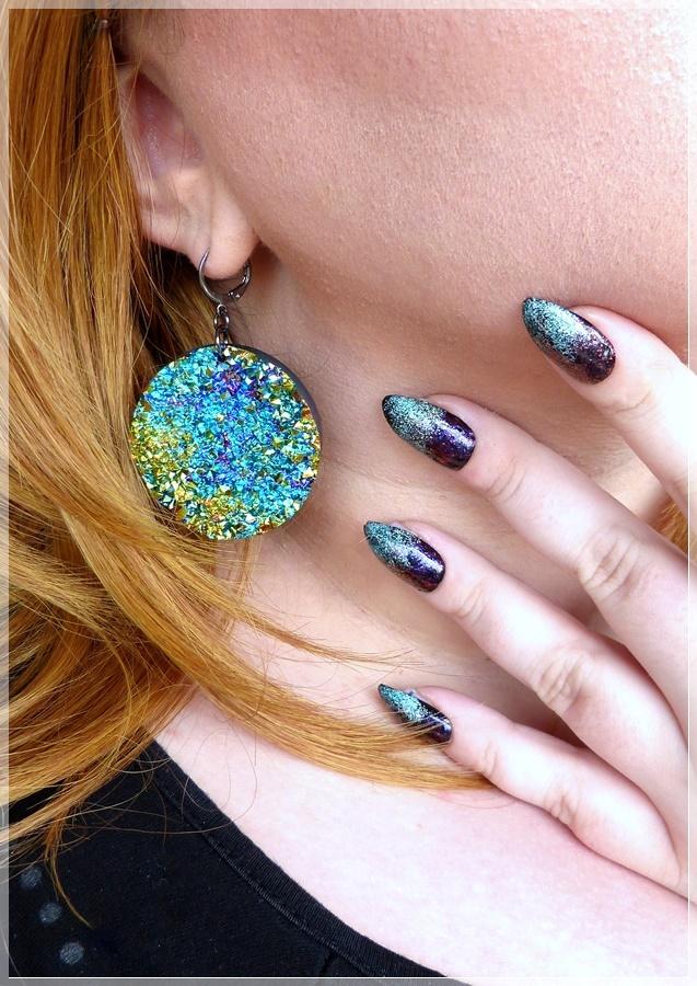 knallige Ohrringe und Nägel