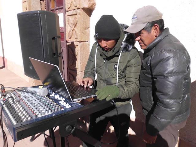 Musik darf natürlich bei den Latinos nicht fehlen, deshalb wurden vor der Kirche große Lautsprecher aufgebaut.