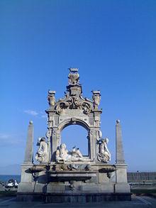 Fontana di Fanzago, statue di marmo su via Caracciolo