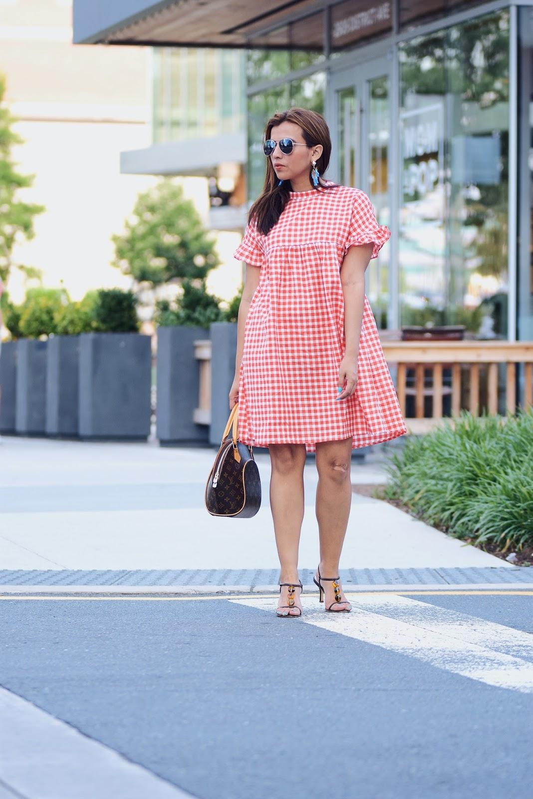 Gingham Lover? Amante de los cuadros, qué tal este vestido en cuadros Vichy, perfecto para el verano. Wearing: Dress: SheIn Sandals: Nordstrom Bag: Louis Vuitton