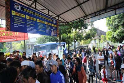 Dahulu, antrian panjang pembuatan dan perpanjangan SIM di Kota Malang membuat banyak orang gerah (Darmono/Radar Malang)