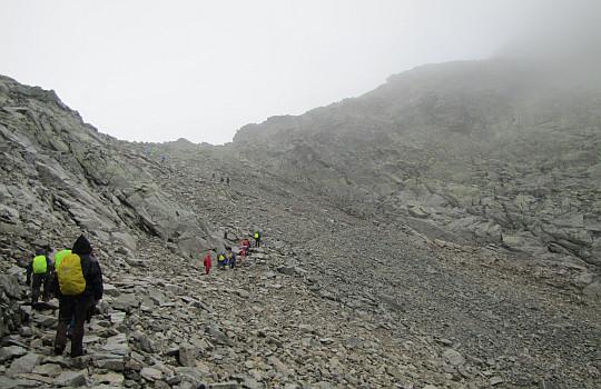 Przed przełęczą Waga (słow. Váha, niem. Hunfalvyjoch, węg. Hunfalvy-hágó, 2337 m n.p.m.).