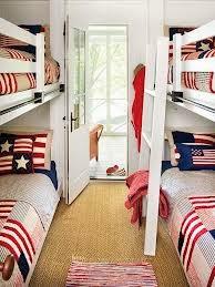 dormitorio decorado con banderas
