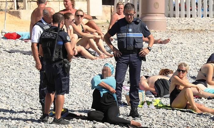 الشرطة الفرنسية تجبر إمرأة على خلع البوركينى الاسلامى