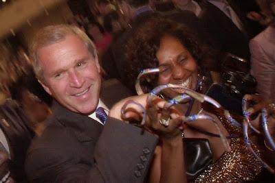 El malvado presidente Bush y sus largas uñas.