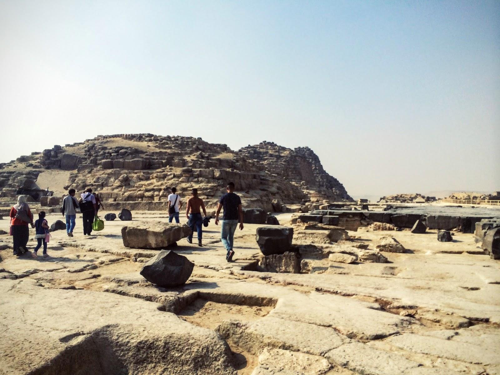 エジプトのピラミッド付近の岩や建設途中のピラミッドたち