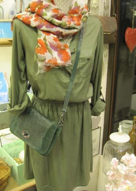Vestido, bandolera piel verde y fular estampado floral