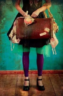 demi-femme-portant-valise-debordant