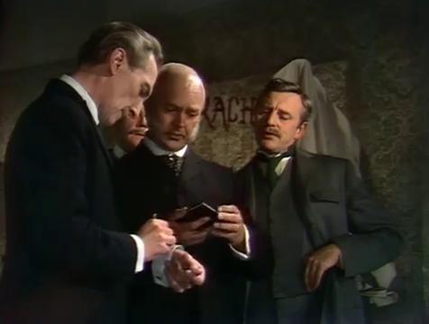 Sherlock Holmes (Peter Cushing) tomando notas en la manga de su camisa - Cine de Escritor