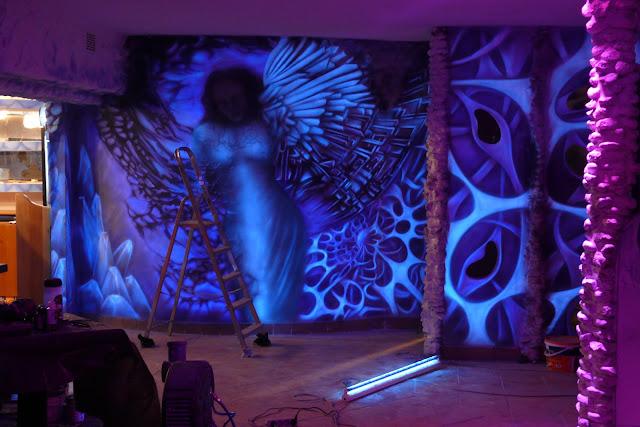 Malowidło ścienne przedstawiające anioła wykonane na ścianie w Klubie Arctica w Płocku
