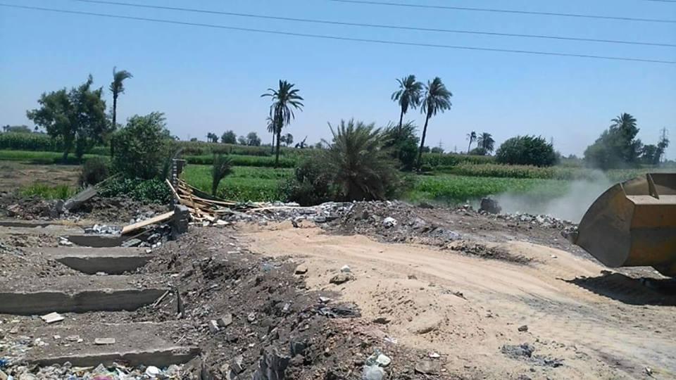 بالصور إزالة تعديات بناء على أراضي زراعية بقرية المندرة بالفيوم