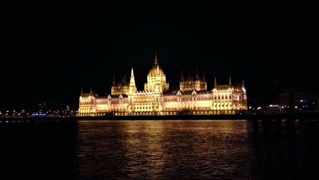 What to do in Budapest? Budapest parliament building at night