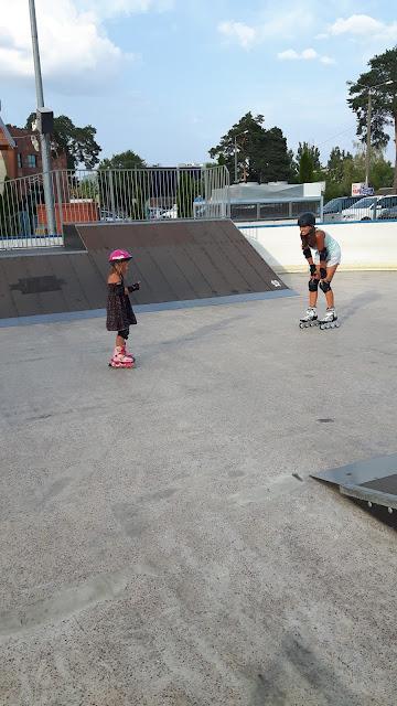 http://blog.decathlon.pl/z-zycia-sportowca/jak-5-letnia-corka-nauczyla-swoja-mame-jezdzic-na-rolkach-po-rampach-w-skateparku/