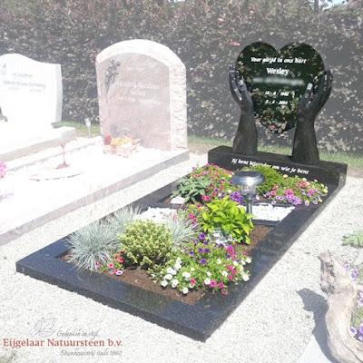 grafsteen hart van glas, grafsteen hart op handen gedragen
