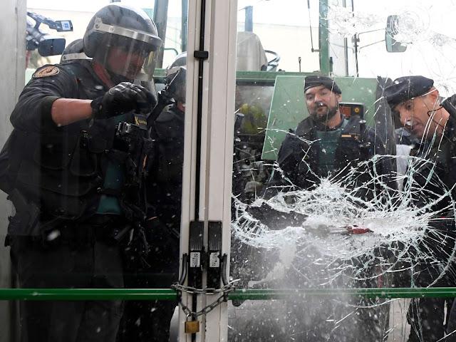 """O ministro das Relações Exteriores da Espanha, Alfonso Dastis, afirmou que a violência policial durante a independência da Catalunha """"não foi extraordinária""""."""