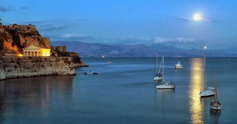 Die Altes Festung von Korfu und die Kirche Agios Georgios im Mondlicht (Garitsa Bay, Korfu Stadt)