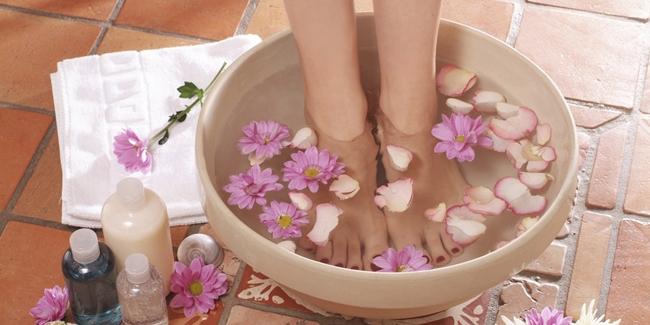 Image result for rendam kaki dengan air hangat