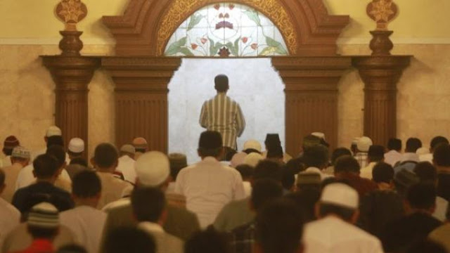 Keluar dari Shaf Jamaah Karena Imam Membaca Surat Terlalu Panjang, Bagaimana Hukumnya?