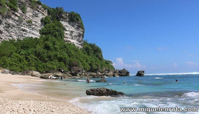 Acantilado-mar-azul-Ulluwatu-Beach