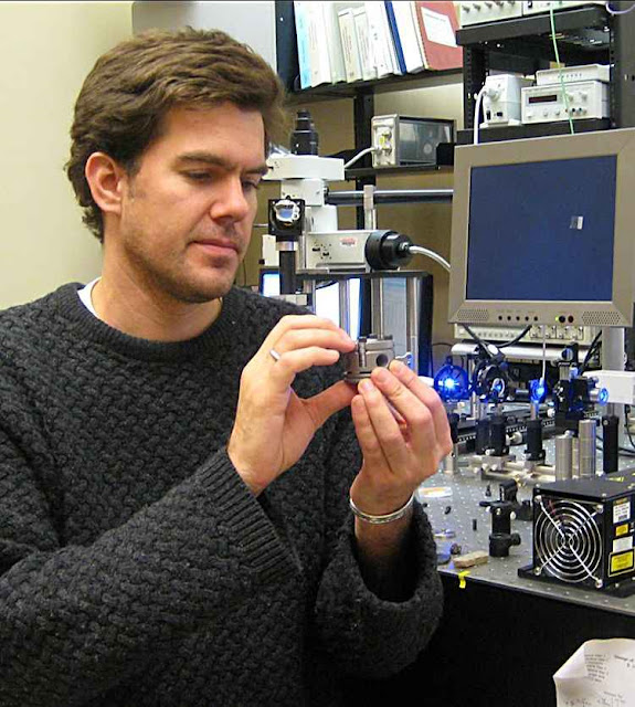 O prof Steve Jacobsen trabalhando no Departamento de Ciências Terrestres e Planetárias da Northwestern University