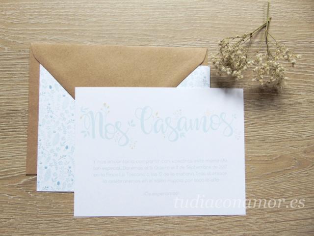 Invitación de boda moderna y romántica con sello con el nombre de los novios y estampado de flores
