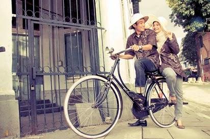 Hasil gambar untuk prewed dengan sepeda