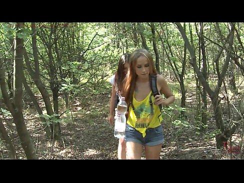 Novinha amigas fazendo trilha e foram estupradas