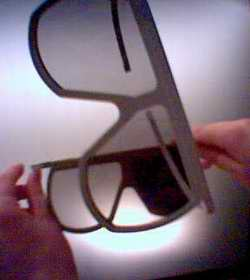 En la imagen pueden verse dos pares de gafas polarizadas de las utilizadas  en los cines en los que se proyectan películas 3-D. Puede verse como los  dos ... 5e6f096230d3