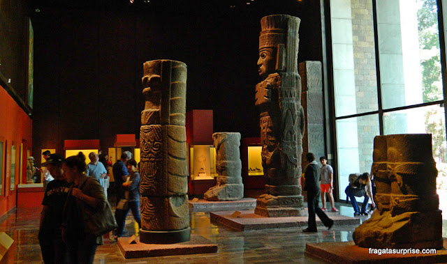 Atlantes da cidade de Tula, da cultura Tolteca, no Museu Nacional de Antropologia do México