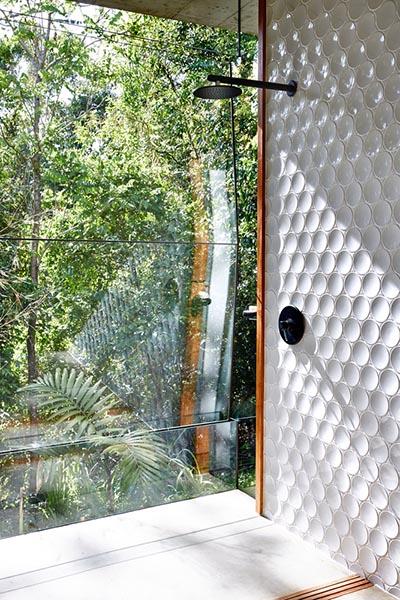 Douche avec parois en verre sur l'extérieur