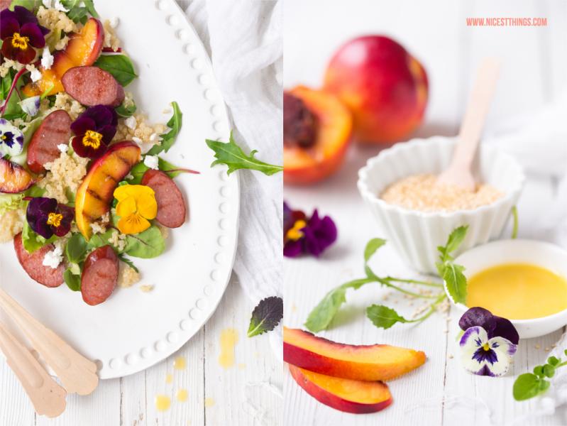 Quinoa Wildkraeuter Salat mit Grillpfirsichen, Kabanos, Ziegenfrischkaese, Orangen-Honig-Dressing