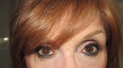 Imagen Ojos abiertos look neutro con delineado verde
