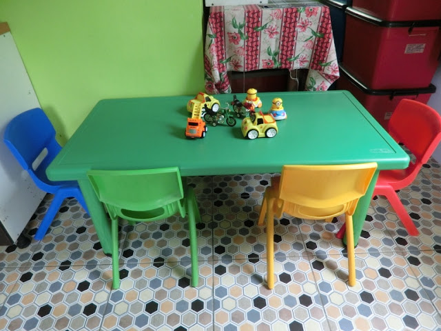 Set meja 'multi-purpose' untuk anak-anak