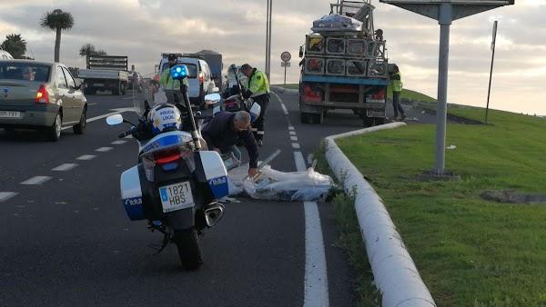 Caída carga camión avenida Marítima, Las palmas