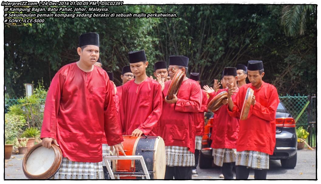 Gambar satu pasukan kompang sedang melakukan persembahan di sebuah majlis perkahwinan di Kampung Bagan, Batu Pahat, Johor, Malaysia.