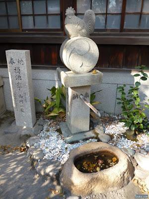 八王子神社酉と左三つ巴の竹水栓と手水鉢