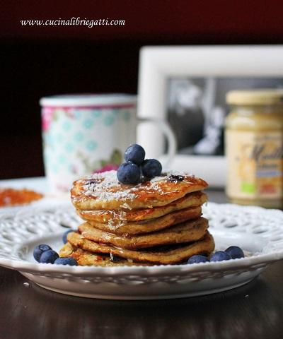 Pancake alle banane cocco e mirtilli