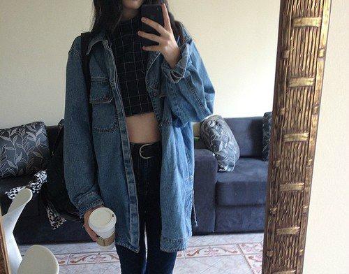 74fb3137e6 Uma das peças mais populares do guarda roupa de todos e com certeza nunca  sai de moda. A jaqueta Jeans é democrática