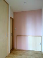 旗竿地に建つ木造3階建て住宅:深沢の家,ピンク色の壁 小形 徹 * 小形 祐美子プラス プロスペクトコッテージ 一級建築士事務所の設計