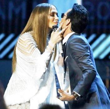 Foto de Jennifer López a punto de darle un beso al cantante Marc Anthony