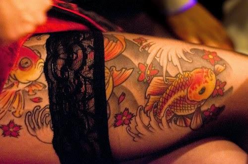 Vemos tatuaje de carpa en la pierna