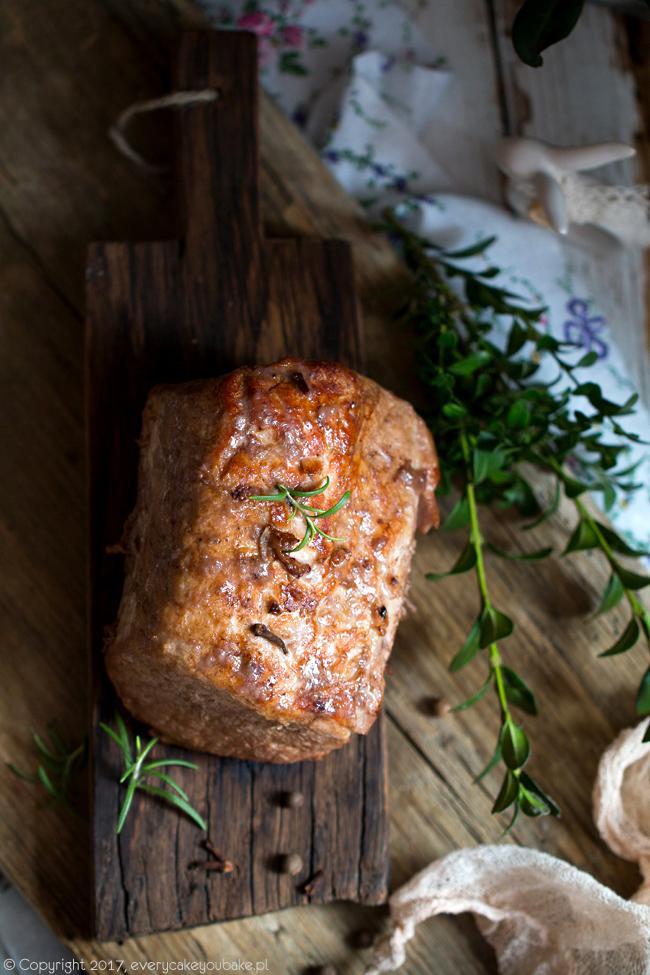 korzenno-winny schab po mazursku w sosie śliwkowym