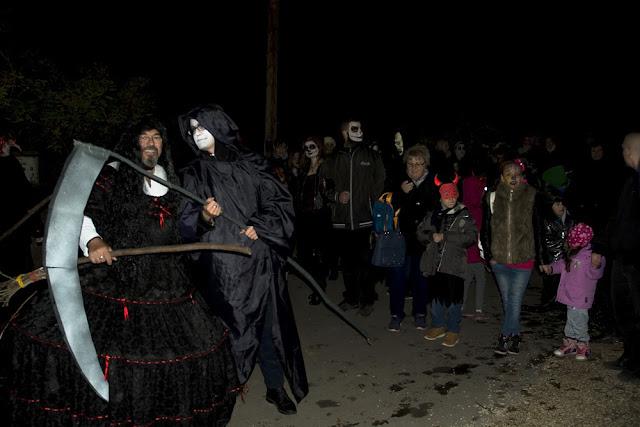 """Az Átváltozások éjszakája címet adta a Szegedi Vadaspark, az október 31-én tartott vidám és borzongató hangulatú halloweeni rendezvényének, amelyre idén is rengetegen voltak kíváncsiak és vettek részt a játékos """"túlvilági túrán"""". Elmondhatják, hogy a speciális éjszakai program sikere töretlen, így jövőre is számíthatnak a látogatóik egy ilyen bulira, természetesen újabb téma jegyében. A mozgalmas és sok látogatót vonzó halloweeni buli, utolsó idei nagyszabású családi rendezvényként méltó befejezése lett a 2016-os év szezonjának."""