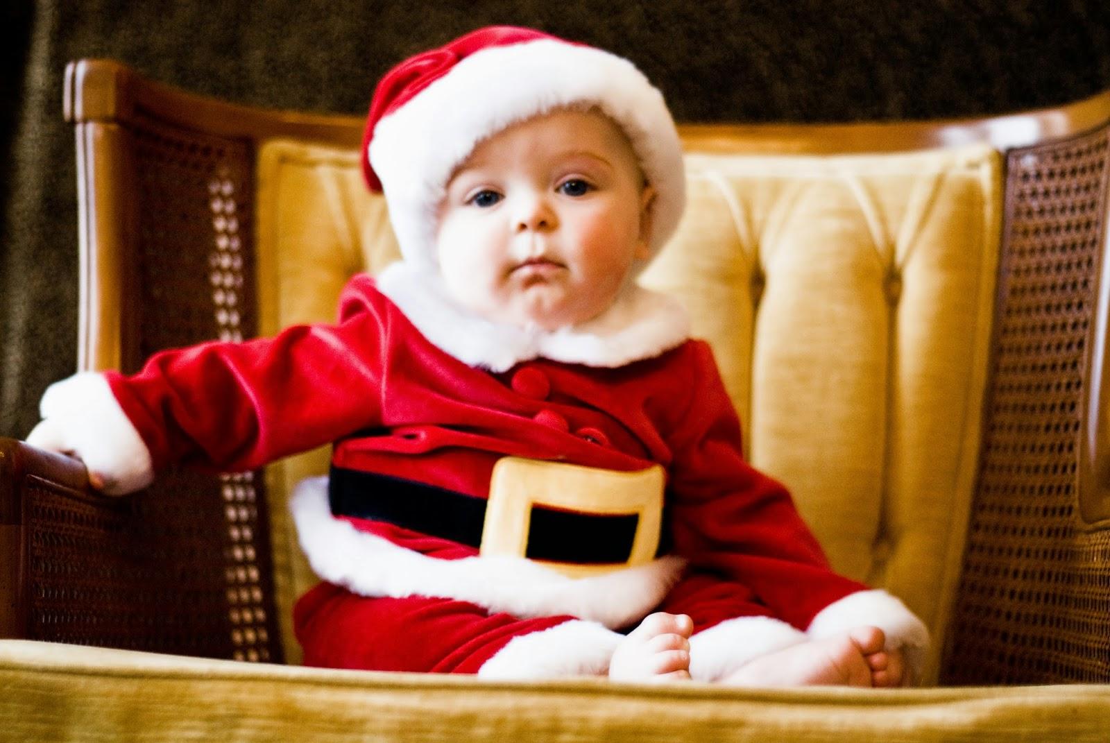 Gambar lucu bayi memakai kostum hari natal