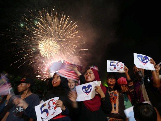 Sambutan ambang merdeka 2016 di Johor, 6 gambar sambutan ambang malaysia merdeka 2016, gambar sambutan ambang merdeka ke-59 bersama perdana menteri datuk seri najib razak, debaran menuju ambang merdeka 2016 menunggu detik jam 12 tengah malam tanggal 31 ogos 2016, konsert merdeka sehati sejiwa sempena hari kebangsaan malaysia 2016