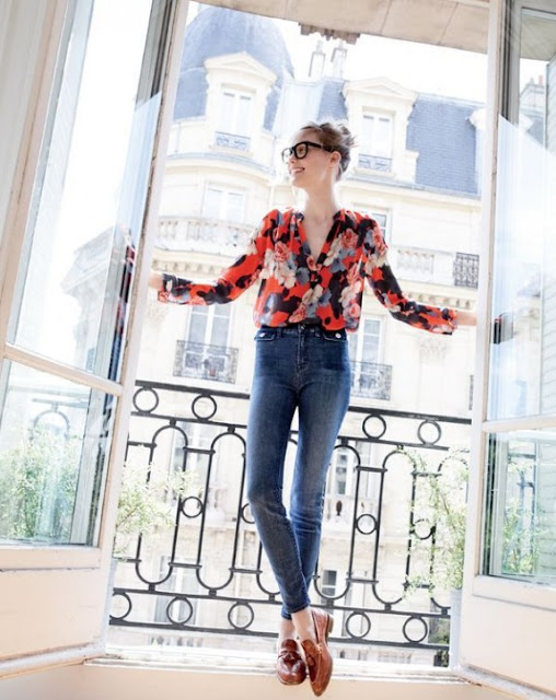 Блузка с принтом и джинсы