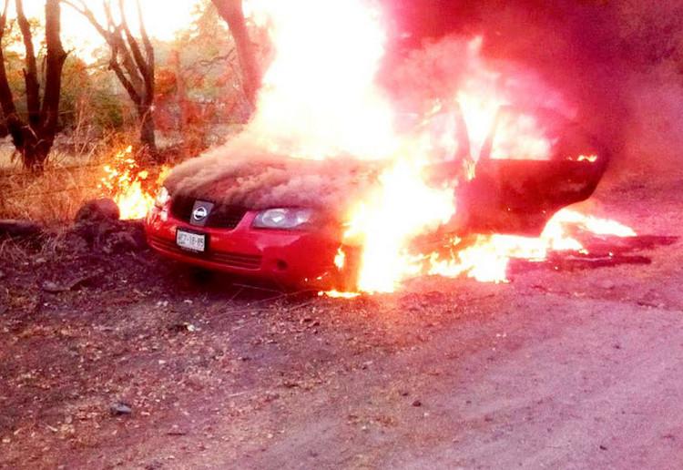 Sicarios queman automóvil después de ejecutar a los cuatro custodios de CEFERESO en Morelos.
