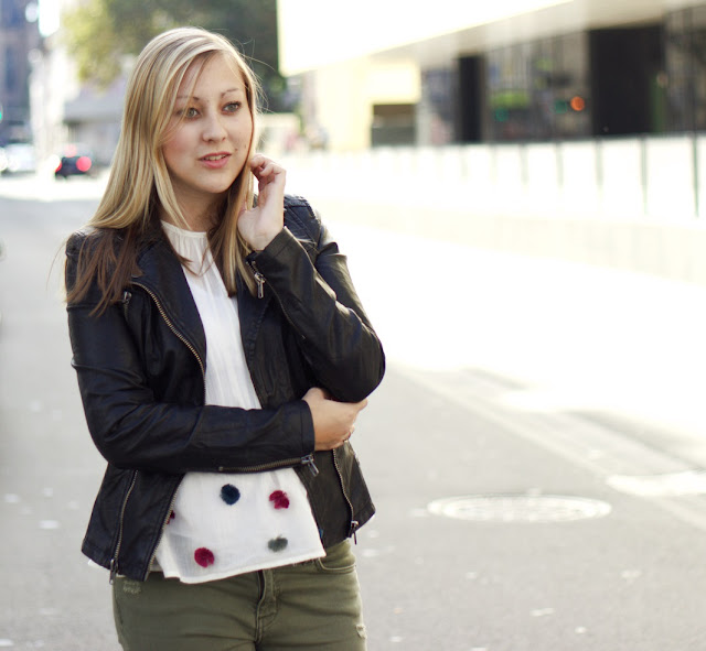 Pom Poms Fashion Blogger Modeblogger Pompom Bluse Lederjacke Khaki Jeans Ankle Boots