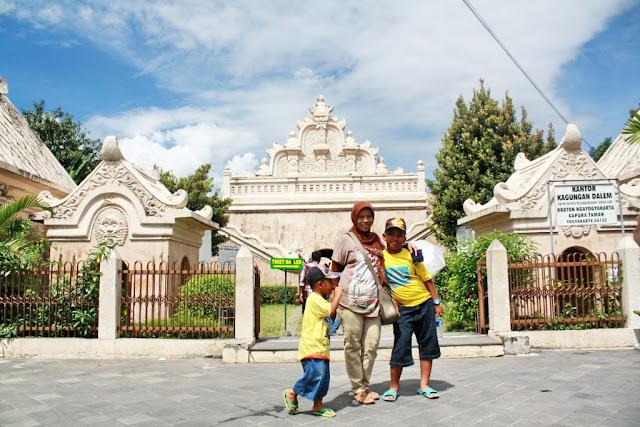 Liburan bersama keluarga ke Istana Air Taman Sari di Yogyakarta.